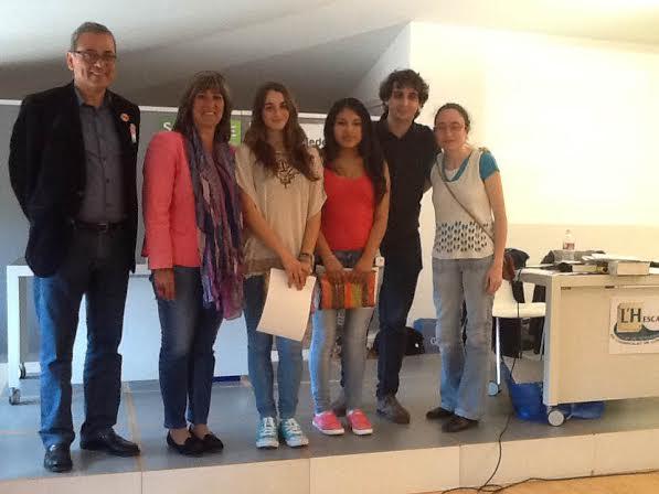Nùria Marín, alcaldessa, i Jaume Graells, regidor de cultura de L'H, lliuren els premis als estudiants